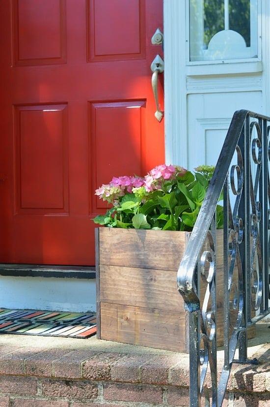 I definitely want to build this DIY wood planter box!