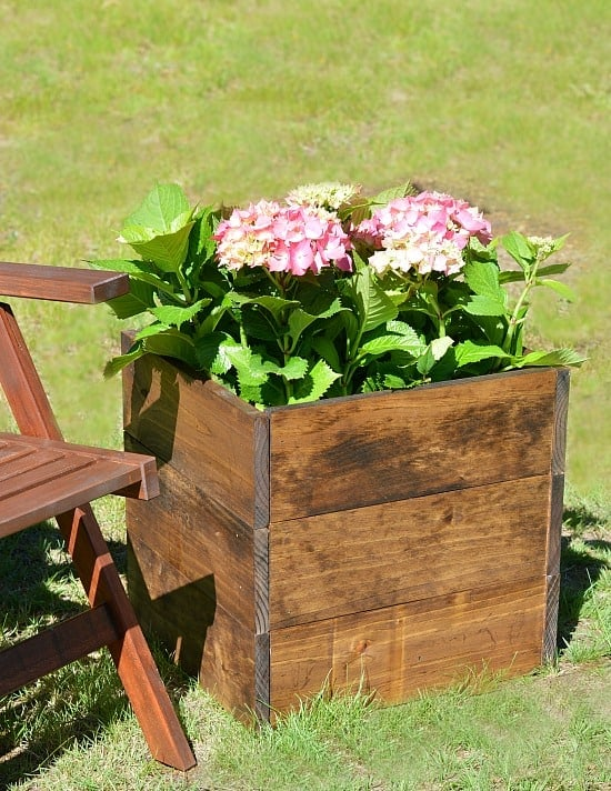 What a simple DIY wood planter box tutorial. Anyone can build this!