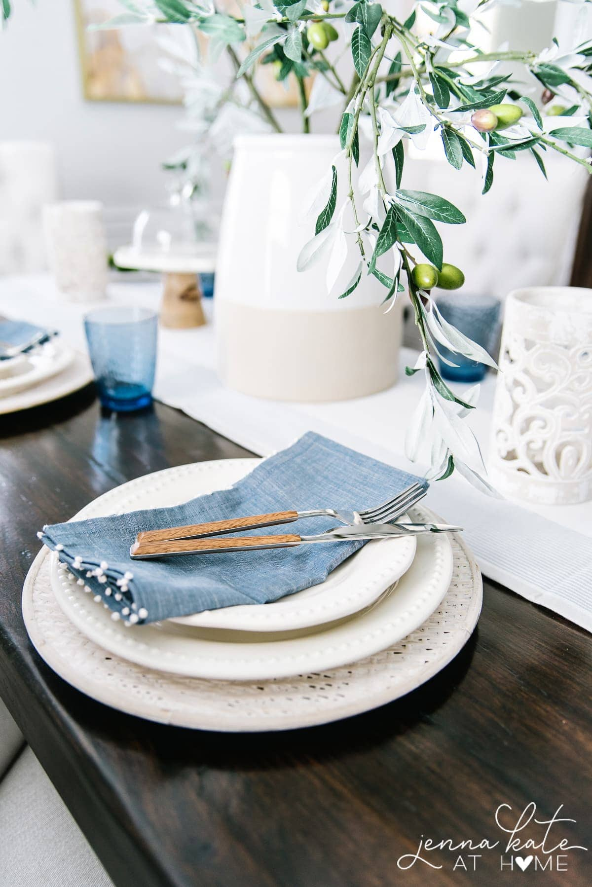 summer tablescape ideas with blue accents