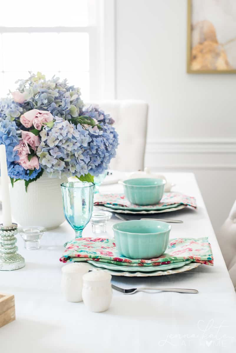 Summer table decor with pastel shades