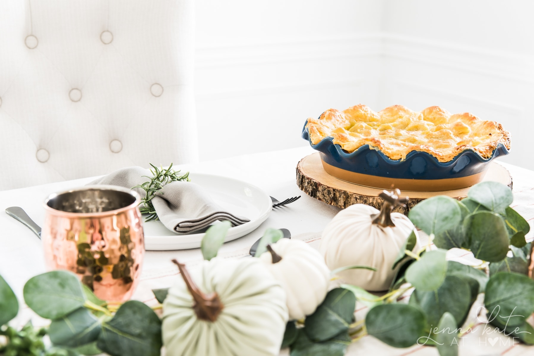 Elegant and contemporary fall tabletop decor