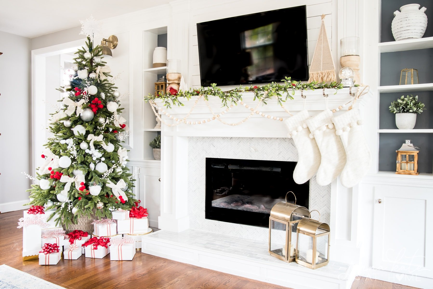 Christmas mantel with simple decorations