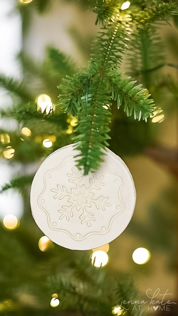Easy DIY Christmas ornaments for kids, toddlers and preschoolers. So fun to make!