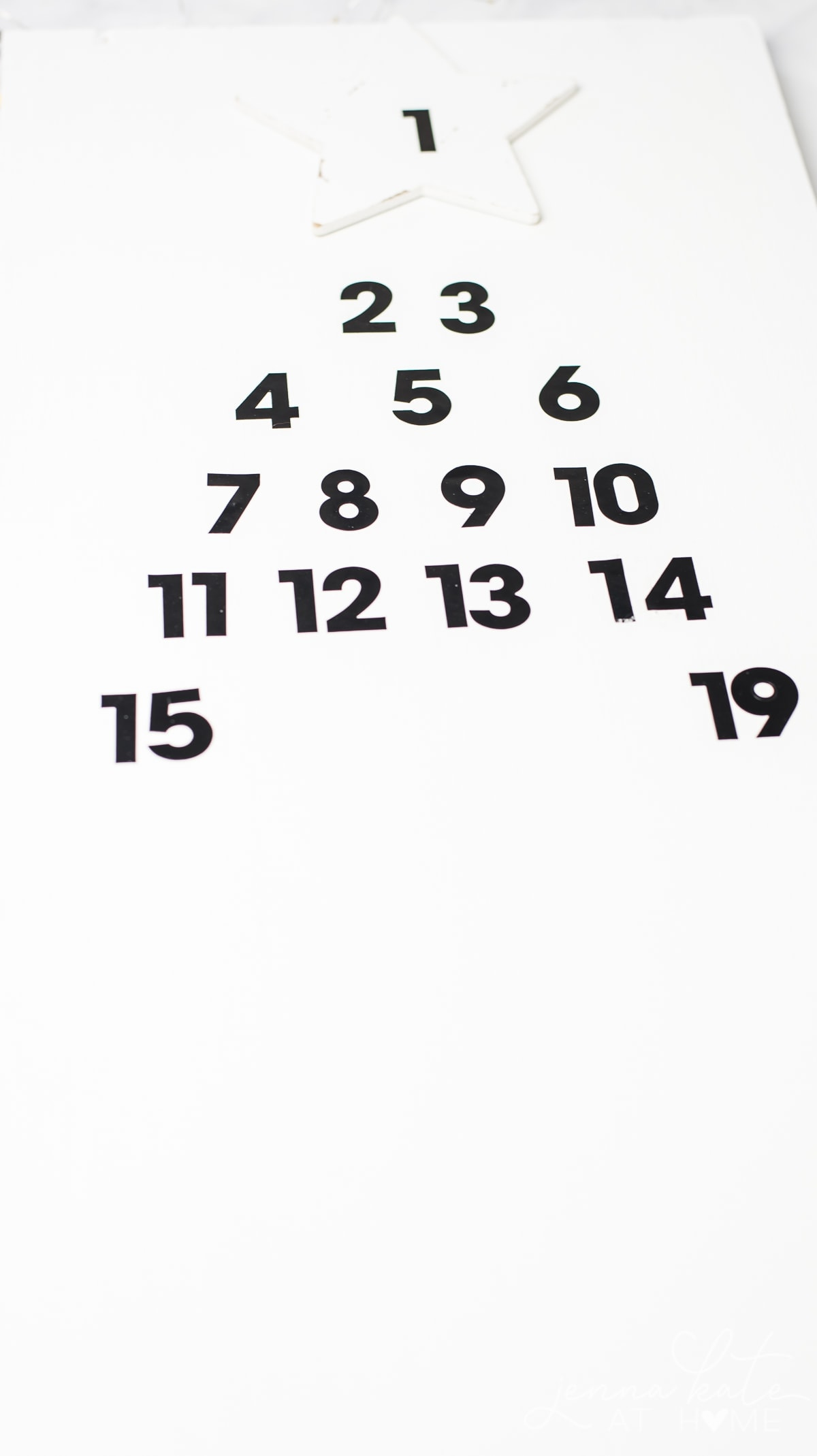 Place the advent calendar numbers in the shape of a Christmas tree